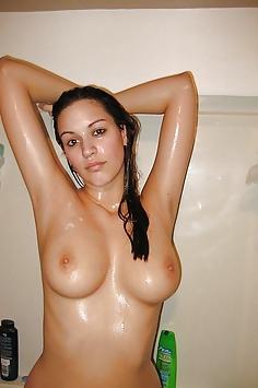 Vollbusige Schönheit ein Bad nehmen