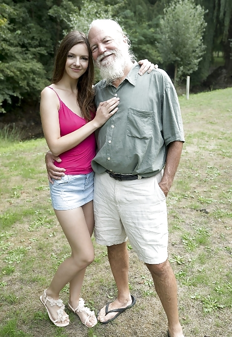 Rebecca saugt ein altliche Opa