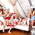 Blonden macht Orgie in einem Nikolausparty - Bild